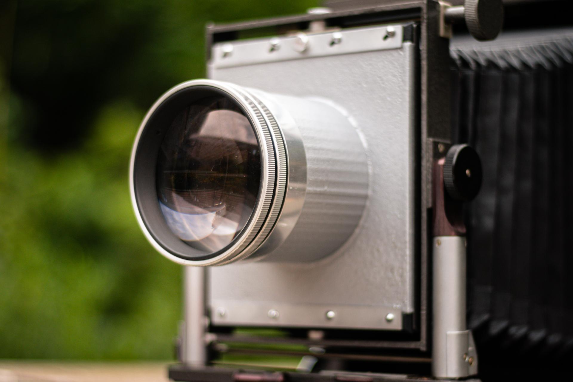 Shooting_Wet_Plate_Portraits_with_an_affordable_Large_Format_Bokeh_Monster_Markus_Hofstaetter_mhaustria.com_9_200mm_F2.5_Leitz_Hektor_on_mentor_camera